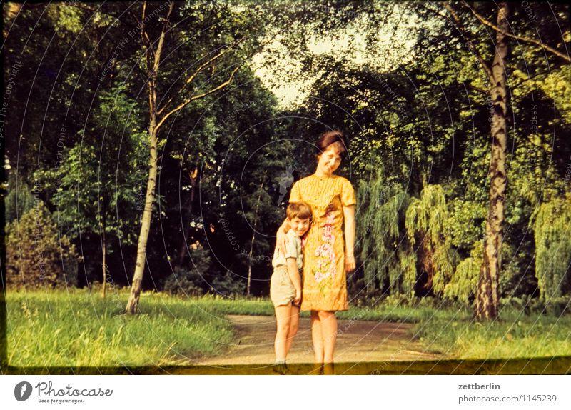 Mutter und Kind Mensch Frau Kind Natur Landschaft Gesicht Liebe Wege & Pfade Familie & Verwandtschaft Mode Park Textfreiraum Vergangenheit Mutter Eltern Interesse