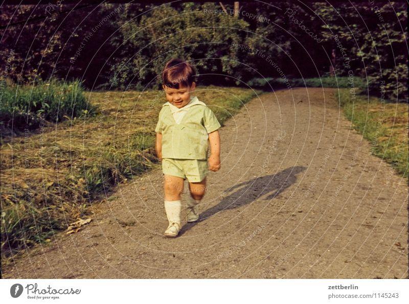 Thomas, 1965 Mensch Kind Natur Landschaft Gesicht Wege & Pfade Familie & Verwandtschaft Mode Park wandern laufen Textfreiraum einzeln Baby Vergangenheit Ziel