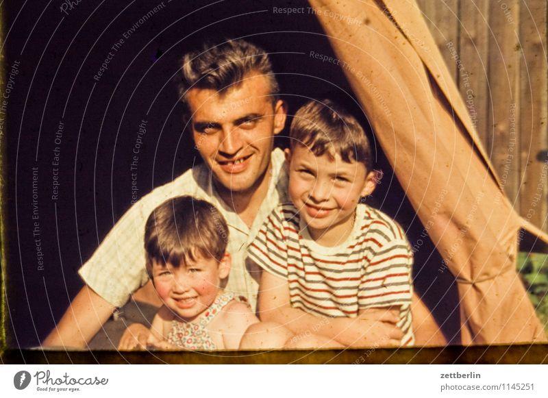 Ein Vater, zwei Söhne Familie & Verwandtschaft verwandt Familienplanung Familienglück Vergangenheit Fünfziger Jahre Sechziger Jahre Mensch Mode Textfreiraum