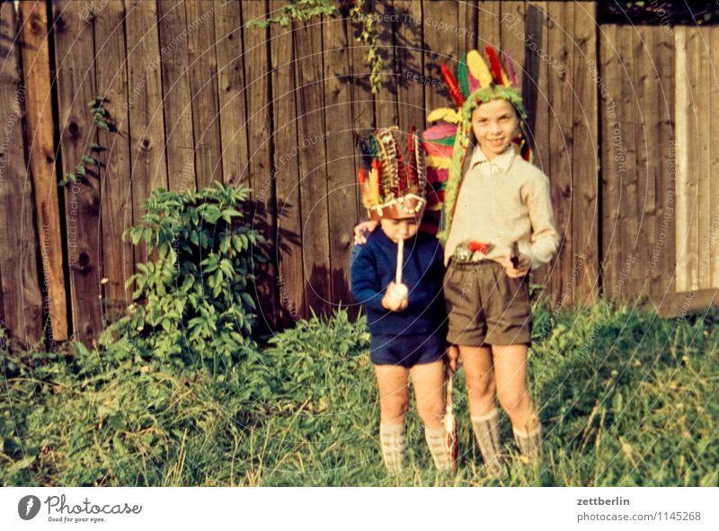Thomas und Lutz als Indianer Mensch Kind Gesicht Familie & Verwandtschaft Mode Feder Textfreiraum Vergangenheit Zaun Karneval Maske Kleinkind Interesse Kostüm