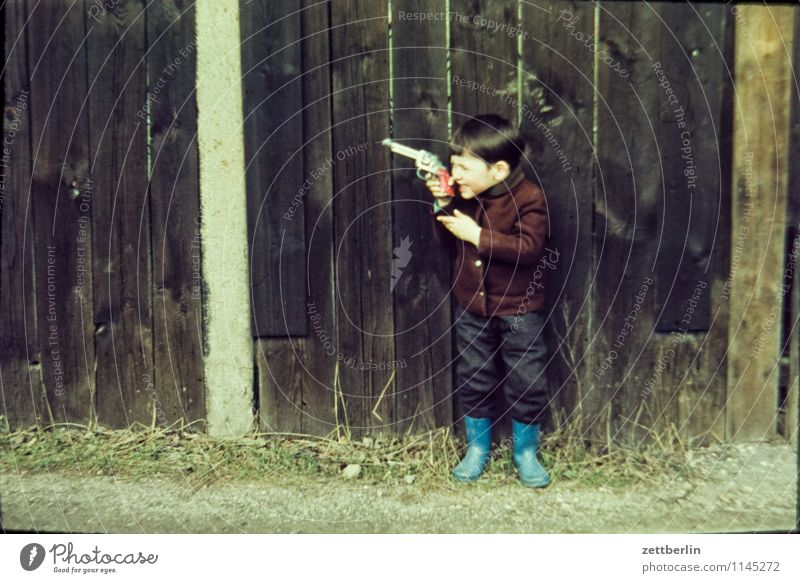 Thomas, 1967 Kind Landschaft Junge Mode Familie & Verwandtschaft Kindheit Fotografie Kindheitserinnerung Körperhaltung Vergangenheit Zaun Aggression Erinnerung Sechziger Jahre Dieb Waffe