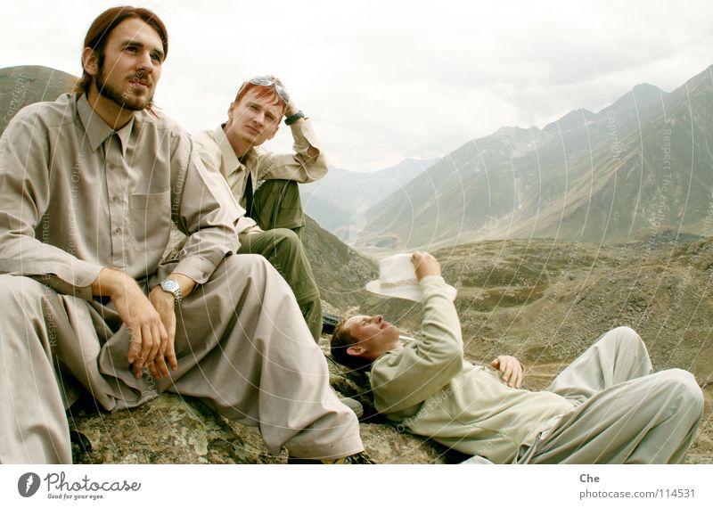 Drei auf dem Berg Natur Jugendliche Ferien & Urlaub & Reisen ruhig Ferne Erholung Berge u. Gebirge Stein Zufriedenheit sitzen wandern hoch liegen Abenteuer gefährlich bedrohlich