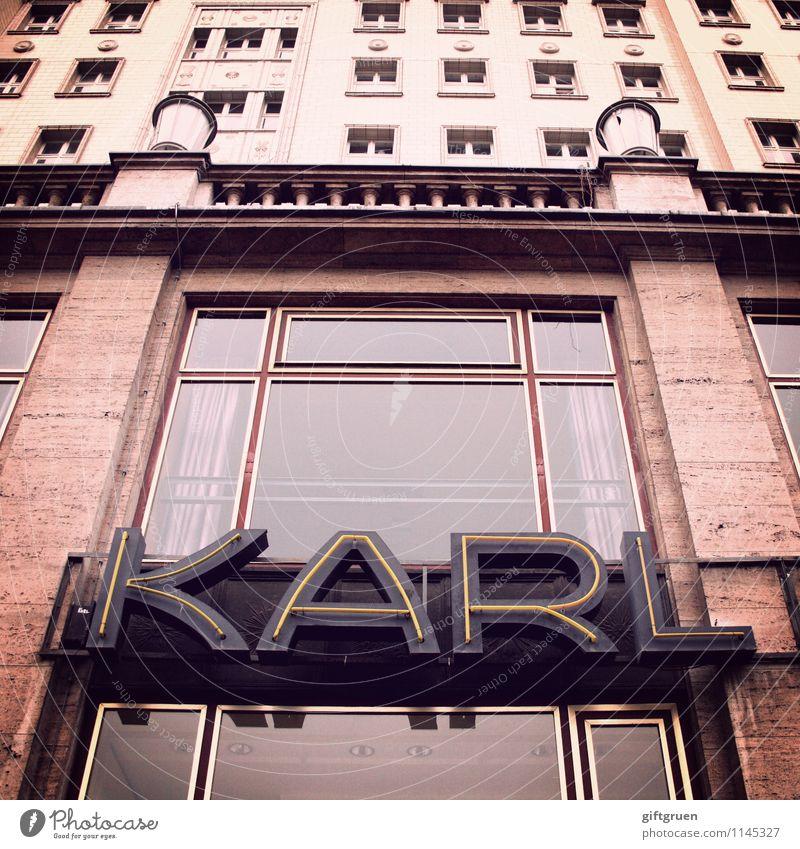 karl Stadt Hauptstadt Stadtzentrum Altstadt Haus Bauwerk Gebäude Architektur Mauer Wand Fassade Fenster Design Kultur Typographie Schriftzeichen