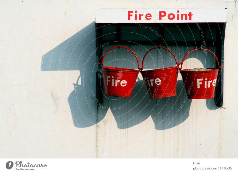 Ich nehm drei mal Feuer, bitte! alt weiß rot Wand lustig klein Sand gefährlich 3 Aussicht Brand Asien Brandschutz Werbung Riss Desaster