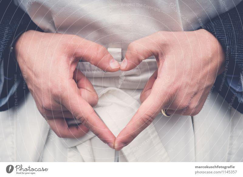 Im Zeichen der Liebe Mensch Frau Mann Hand Erwachsene Leben feminin Glück Paar maskulin Lebensfreude Herz Finger Romantik Hochzeit