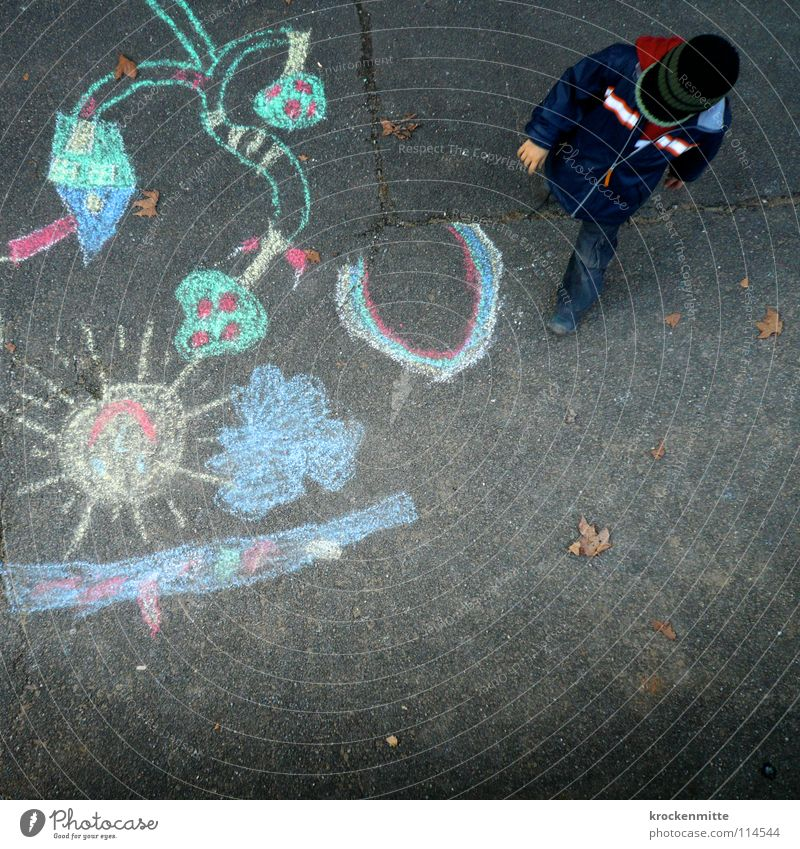Paradise Lost mehrfarbig Kind Junge Strassenmalerei Pastellton Gemälde Regenbogen Asphalt Spielen Kleinkind Kreide Farbe streichen Straßenkreide chalk crayon
