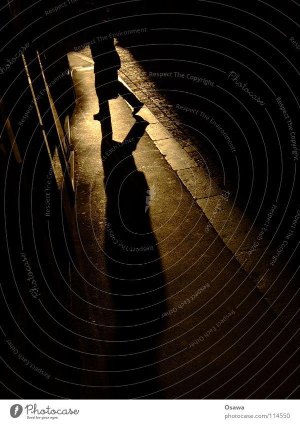 Graz Sporgasse Gasse Asphalt Teer Straßenbelag Bürgersteig Rinnstein Gegenlicht gehen Mann Schlagschatten Schattenspiel schwarz Verkehrswege Sihouette