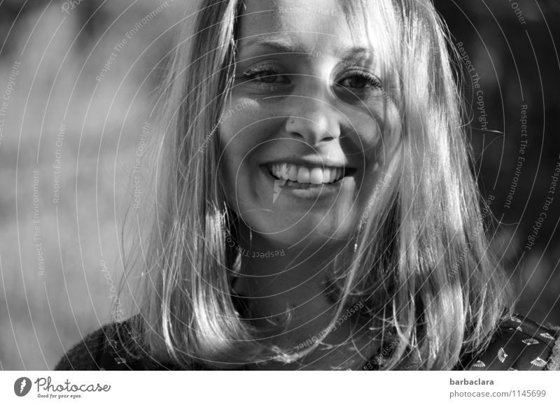 lustiges Schattenspiel feminin Junge Frau Jugendliche Erwachsene 1 Mensch Natur Frühling Schönes Wetter blond langhaarig lachen Fröhlichkeit frisch Gefühle