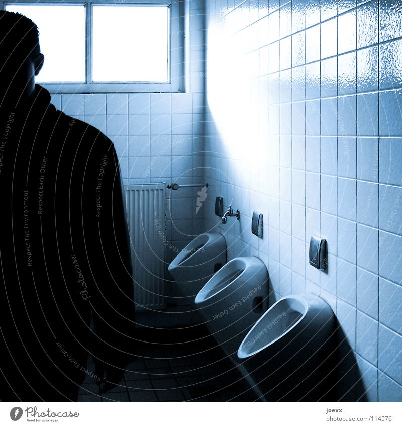 Flasche leer … Mensch Mann weiß Fenster offen Toilette Fliesen u. Kacheln Rauschmittel Heizkörper fertig urinieren Wasserhahn Herr Geschirrspülen Reinigen Urin