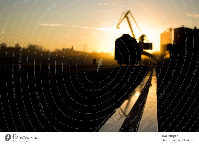 Auf Auf! bzw. industrial romance #7 Rinnstein Frachtraum Ware Kran Sonnenuntergang Stimmung dunkel Schifffahrt Dock schwarz Abend Anlegestelle Licht Smog