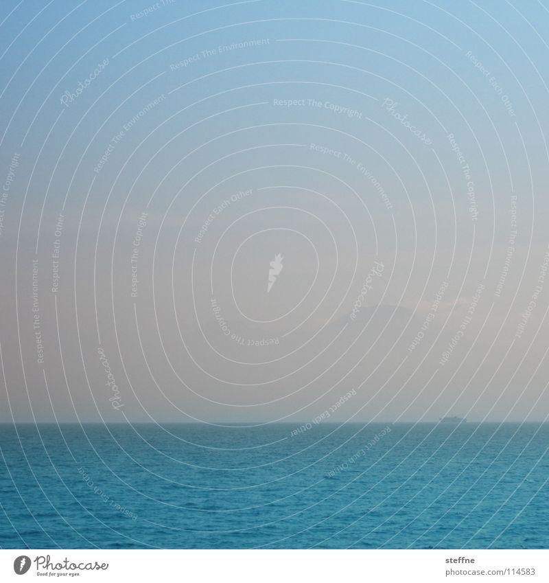 In weiter Ferne Wasser Himmel Meer blau Ferien & Urlaub & Reisen Wolken Erholung Berge u. Gebirge Wasserfahrzeug Küste Wellen Nebel nass Horizont Perspektive