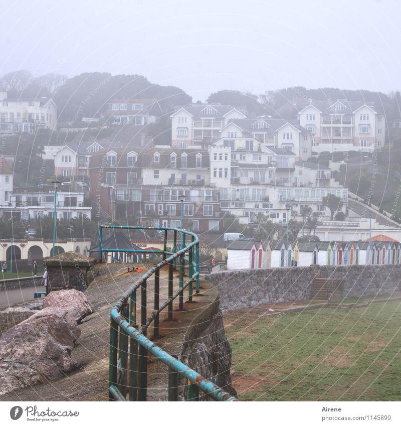 Stadt am Meer Haus Strand dunkel Straße Küste Wege & Pfade grau Metall Felsen trist Nebel Geländer Dorf türkis Rost