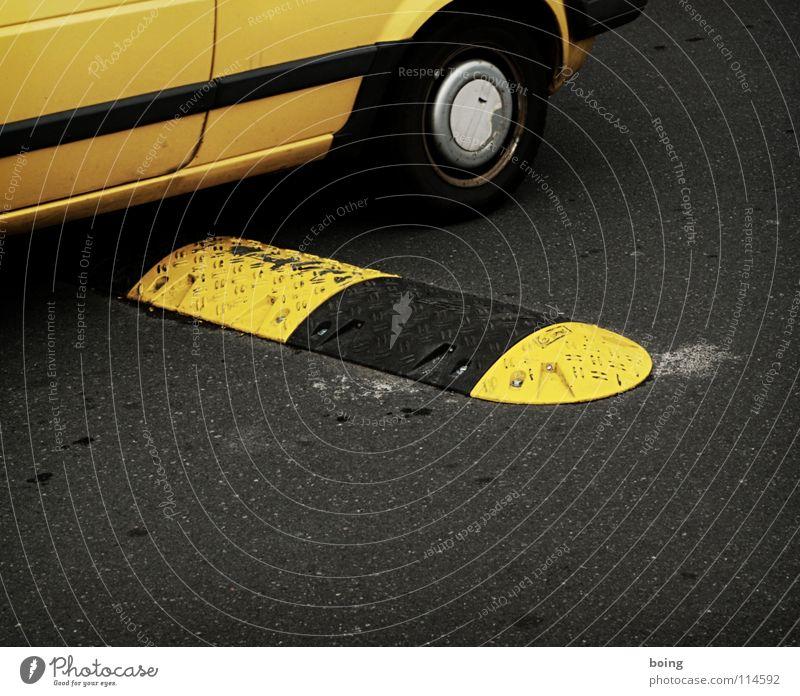 schreib mal wieder! schwarz gelb Straße PKW Dienstleistungsgewerbe Verkehrswege Post Anschnitt Bildausschnitt langsam Zusteller Wagenräder Postbote Fahrbahnmarkierung Warnfarbe Warnstreifen