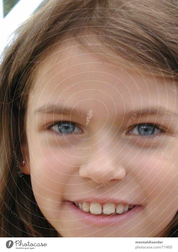 Kinderlachen Mädchen blau Auge Haare & Frisuren Mund Nase Zähne Lippen