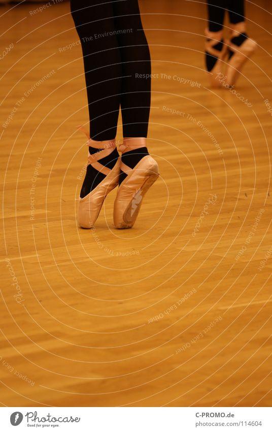 Balletprobe II Ferien & Urlaub & Reisen schwarz Beine Musik Kunst Tanzen Körperhaltung Kultur Konzentration Sport-Training Balletttänzer vergangen Tänzer Parkett Ballettschuhe Schwanensee