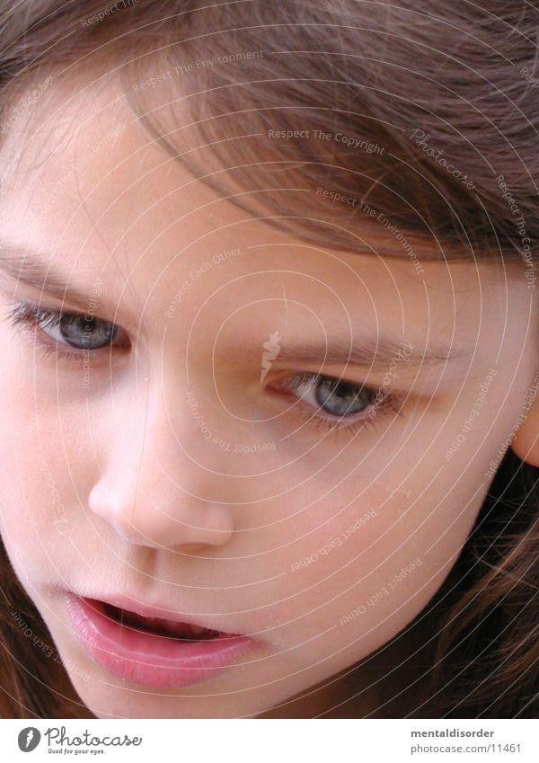 böser Blick  ; < Kind Mädchen blau Auge lachen Haare & Frisuren Mund Nase Zähne Lippen