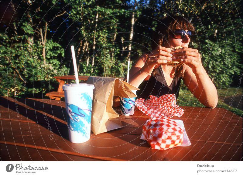 The Tasty Treat Farbfoto Außenaufnahme Textfreiraum oben Tag Schatten Sonnenlicht Weitwinkel Oberkörper Wegsehen Hamburger Ernährung Fastfood