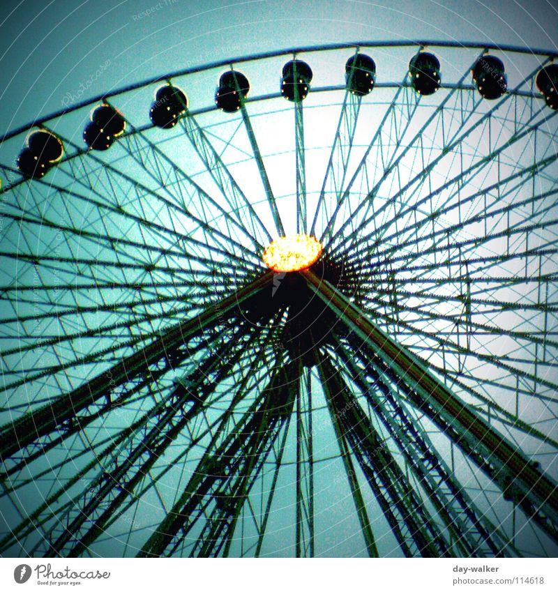 Soooo hoch! Mensch Himmel grün Gefühle Lampe Feste & Feiern Angst Freizeit & Hobby Jahrmarkt drehen Baugerüst Riesenrad abstützen Herz-/Kreislauf-System
