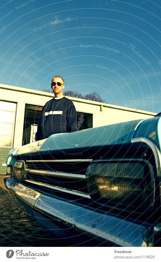 KING KLIK vs Manta Fahrer PKW Scheinwerfer blau Himmel Mantafahrer Kühlergrill Autoscheinwerfer retro Sammlerstück kultig Textfreiraum oben Vorderansicht