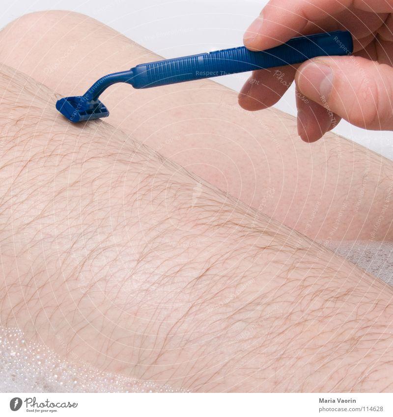 rasieren? mmmh.. alle 2 Monate mal Rasieren Rasierklinge Bad Badewanne geschnitten rasiert Nassrasur Körperpflege Mann maskulin Männerbein Männerhaare