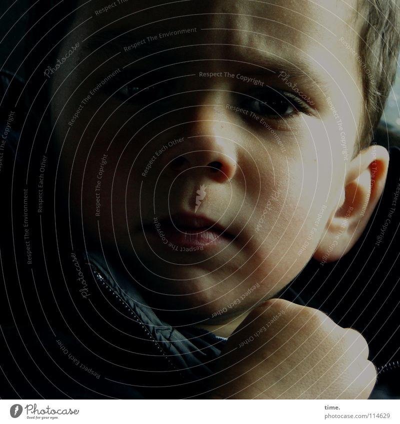 IT Works Haut Kind Junge Auge Ohr Nase Hand Denken hören Konzentration Halbschatten Faust Stirn Gedanke Falte Hautfalten Farbfoto Gedeckte Farben Innenaufnahme