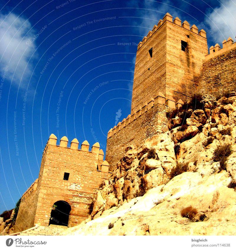 Alcazar, Almeria (Spanien) Farbfoto Außenaufnahme Menschenleer Textfreiraum links Textfreiraum oben Froschperspektive Himmel Felsen Europa Ruine Turm Bauwerk