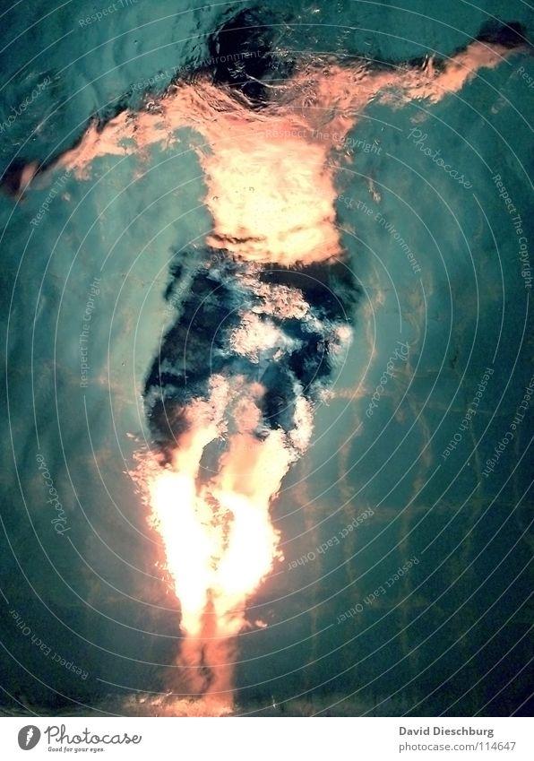 Beleuchtungsspektakel Jugendliche Erwachsene Beleuchtung Schwimmen & Baden einzeln tauchen bizarr Wasseroberfläche anonym Badehose Wasserwirbel unkenntlich gesichtslos unerkannt 1 Mensch Männeroberkörper