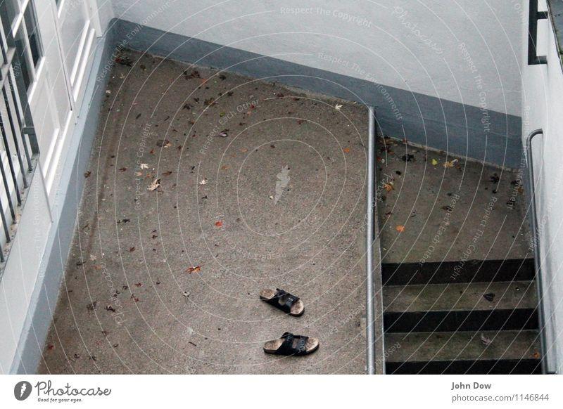 Sackgasse Haus Mauer Wand Treppe Fassade Fenster Tür beobachten Armut grau Todesangst Schlappen Ecke eckig Rechteck Geländer gefangen sinnlos Aussichtsturm