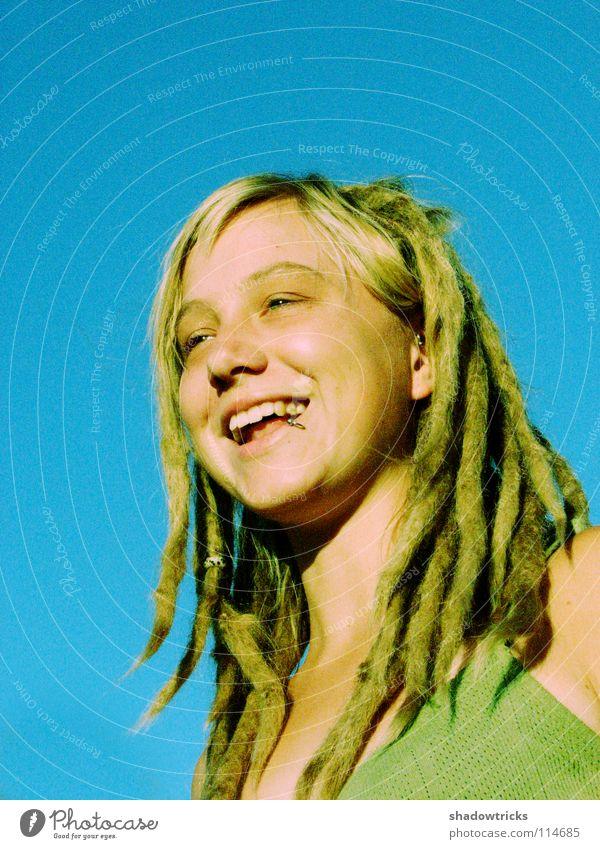 Laughin' loud Frau Rastalocken blond Haare & Frisuren Reggae Stil alternativ Porträt Laune gut Fröhlichkeit strahlend Mensch lachen Funky Himmel Auge Mund Nase