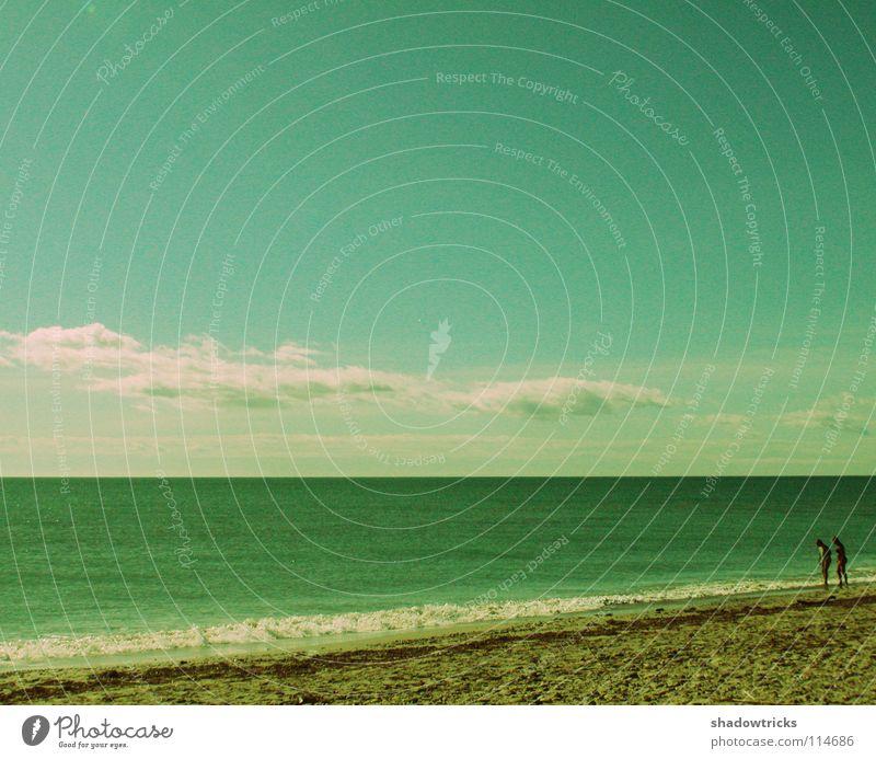 2 Meer Strand Wolken grün Zusammensein Romantik Ferien & Urlaub & Reisen Ferne Planet Cross Processing Mensch Himmel Wetter blau Czan Sand Paar Couple Linie