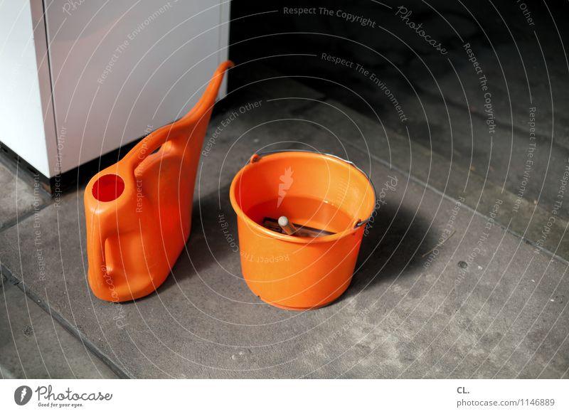 tankstelle Verkehr Eimer Tankstelle Kanister orange tanken Reinigen Farbfoto Außenaufnahme Menschenleer Tag