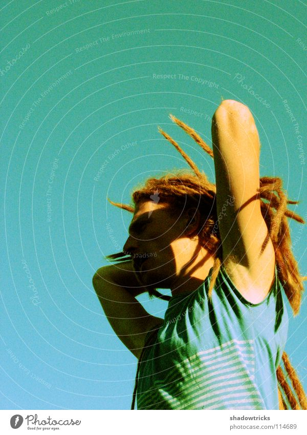 Rasta Mensch Mann Himmel grün rot Erholung Stil Freiheit Haare & Frisuren Zufriedenheit Coolness T-Shirt türkis Typ Schönes Wetter