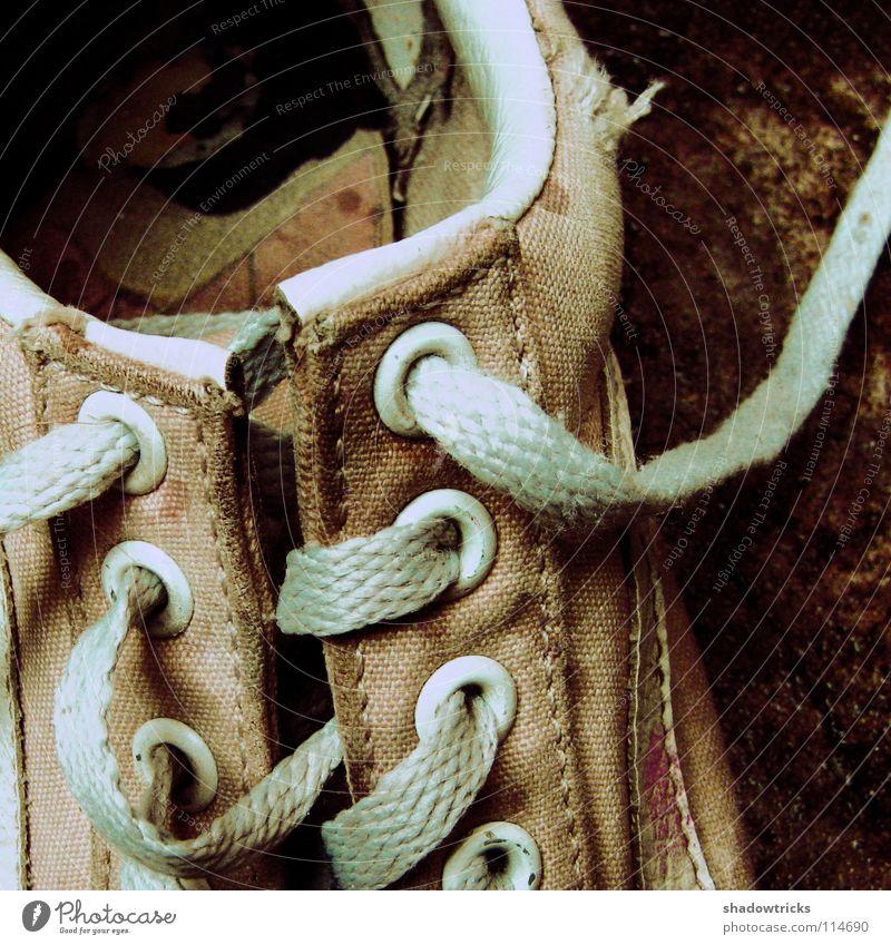 Ein alter Schuh Natur alt blau schwarz dunkel Mode Fuß Schuhe gehen Instant-Messaging Bekleidung Stoff Turnschuh Textilien zyan gebraucht