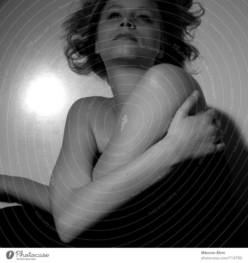 Lichtblick. schön Gesicht Frau Erwachsene Denken festhalten liegen Umarmen dunkel schwarz weiß Vertrauen Einsamkeit Perspektive Schwäche Lichtpunkt Höhepunkt