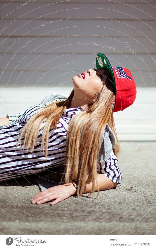 chick feminin Junge Frau Jugendliche 1 Mensch 18-30 Jahre Erwachsene Mode Accessoire Mütze trendy schön einzigartig Farbfoto Außenaufnahme Tag Sonnenlicht