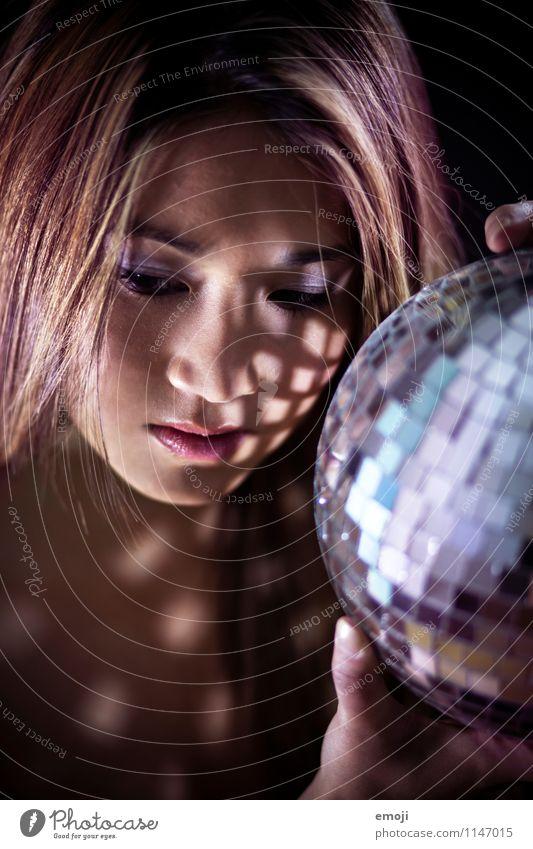 lights feminin Junge Frau Jugendliche Gesicht 1 Mensch 18-30 Jahre Erwachsene dunkel schön Disco Discokugel Farbfoto Innenaufnahme Studioaufnahme Nacht