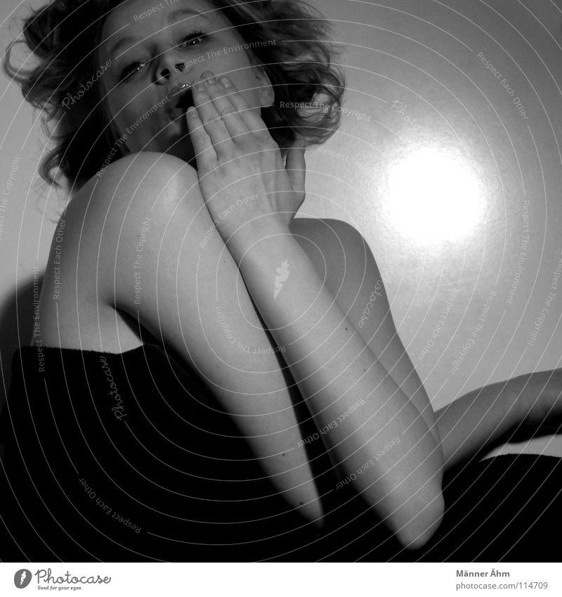 Oh nein. schön Gesicht Frau Erwachsene Mund Hand Locken Denken entdecken festhalten Kommunizieren liegen Umarmen dunkel schwarz weiß Vertrauen Einsamkeit Scham