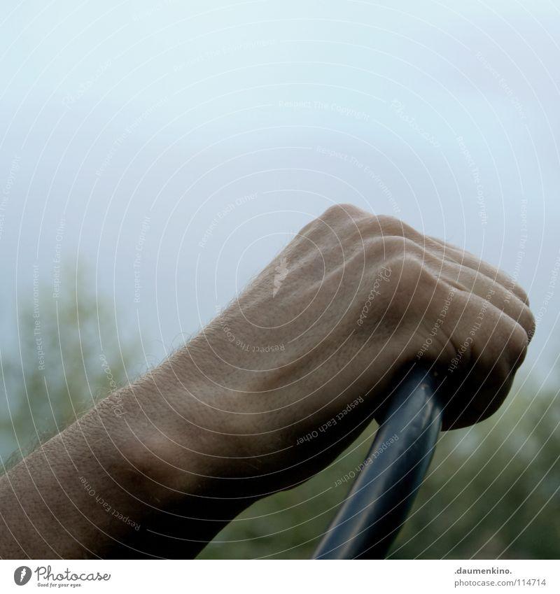 alles im griff Hand Finger Skelett Gefäße See Wiese Gras Lenkrad fahren führen Mann Verkehr Macht Blut Kraft Muskulatur Kontrolle Haut Haare & Frisuren fangen