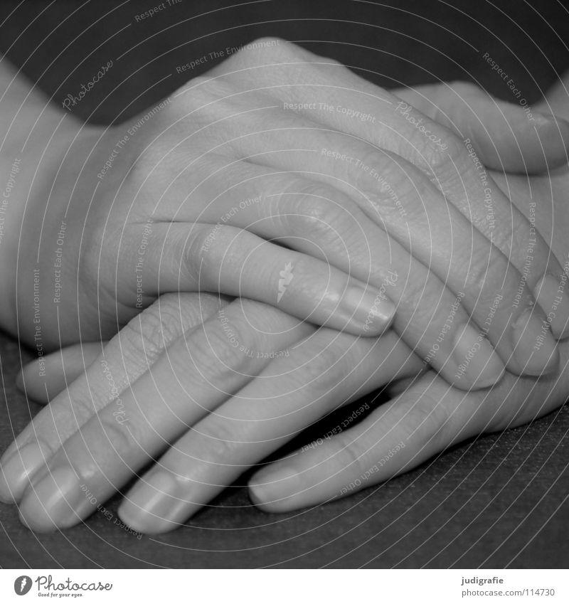 Nichts tun können Frau Mensch Hand weiß ruhig schwarz grau Zufriedenheit warten Haut Arme Finger liegen Erwartung Stoff links