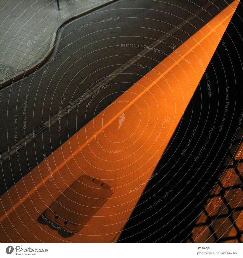 Ansichtssache Nacht dunkel Bürgersteig schwarz grau Fluchtpunkt Geometrie Aussicht Stadt Verkehr Verkehrswege Langzeitbelichtung Abend Straße Wege & Pfade