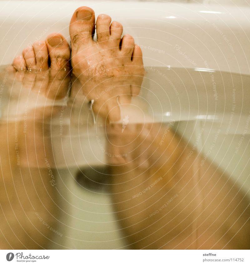2 NEHM EIN BAD Mensch Mann Wasser weiß grün schwarz gelb Erholung Wärme Fuß Schwimmen & Baden Haut Reinigen Sauberkeit Badewanne