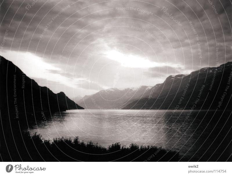 Fjordland Kulisse Panorama (Aussicht) Luft dramatisch atmen Wolken schlechtes Wetter Norwegen Skandinavien Nordeuropa Schwarzweißfoto Berge u. Gebirge Himmel