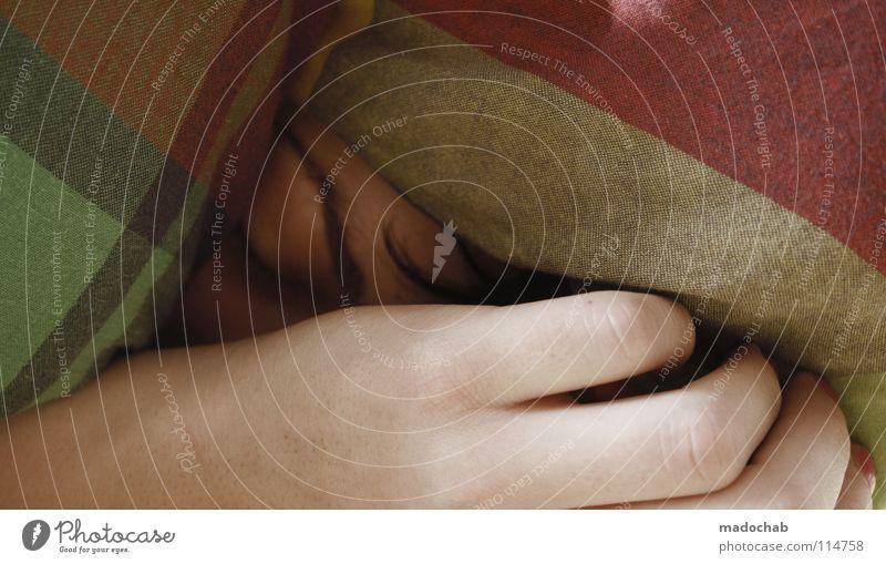 POWER NAPPING CONTEST Frau Hand Gesicht Erholung träumen liegen Finger schlafen Sicherheit Bett Wellness Schutz Langeweile Decke kariert Schlafzimmer