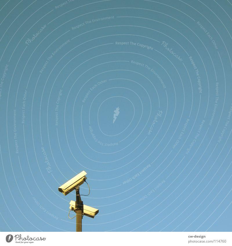 mit dem zweiten sieht man besser! Überwachungskamera grau überwachen Privatsphäre Panik privat Überwachungsstaat 2 Stahl minimalistisch Himmel blau