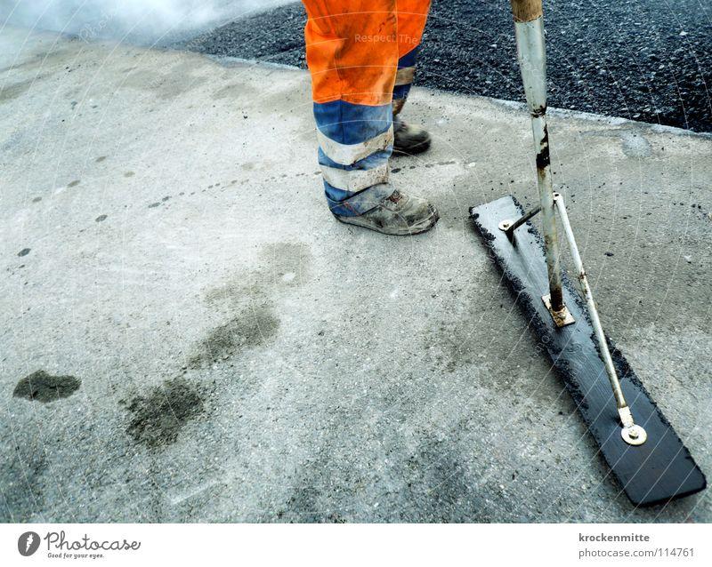 facciamo pausa Asphalt Arbeiter Mann Arbeitsbekleidung Teer Schuhe heiß Straßenbau Verkehrswege orange asphaltieren Arbeit & Erwerbstätigkeit teeren