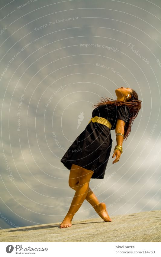 schwerelos Frau Himmel Jugendliche Wolken Freiheit Tanzen elegant frei ästhetisch Kleid Vertrauen Dame Schweben leicht Sonnenbad Gewitter