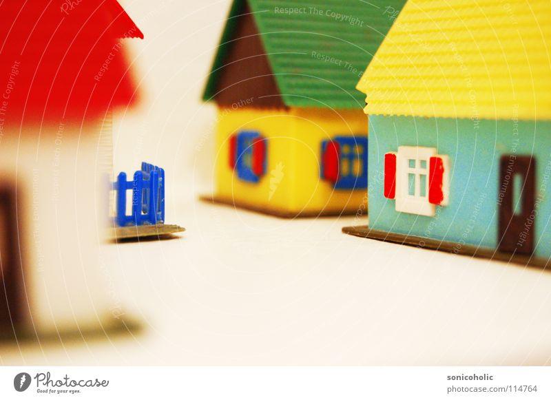 Daheim im Dorf Haus Fenster Spielzeug Statue obskur Gesellschaft (Soziologie) Gartenzaun