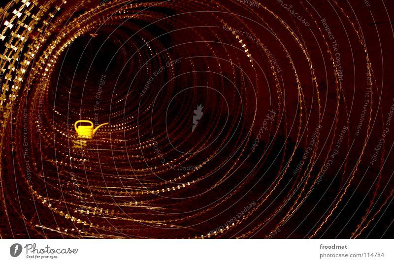 barb wired Cottbus Deutschland Kannen Schichtarbeit Verfall Gießkanne Stacheldraht Kunst Projekt gelb deplatziert Nacht dunkel unheimlich stachelig Tunnel tief