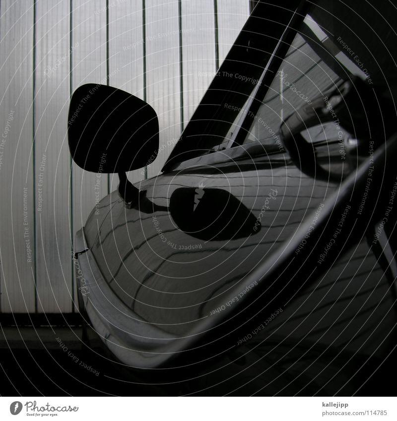nebenfrau PKW parken Schwarzweißfoto Detailaufnahme Bildausschnitt Anschnitt Rückspiegel Autofenster Autotür Autolack Poliert glänzend Karosserie Design retro