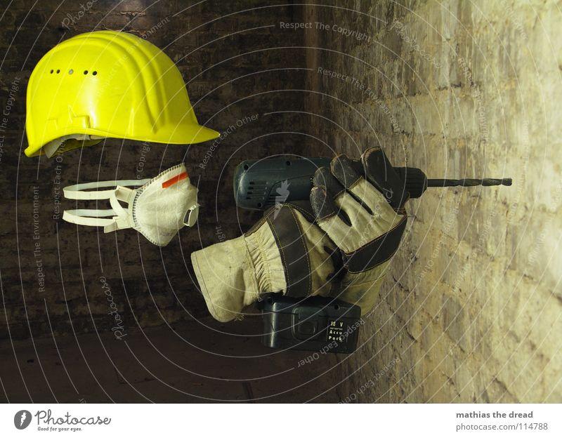 Maskiert Arbeit & Erwerbstätigkeit Bauarbeiter Helm Bauhelm Schutzhelm gelb Warnfarbe Schutzmaske Atem Handschuhe Arbeitshandschuhe Bohrer bohren Keller dunkel